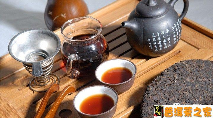 普洱茶冲泡时有什么讲究?   茶叶的冲泡,一般只要备具、备茶、备水,经沸水冲泡即可饮用。但要把茶固有的色、香、味充分发挥出来,冲泡得好,也不是易事,要根据茶的不同特性,应用不同的冲泡技艺和方法才能达到。 一、冲泡普洱茶的注意细节:   1、置茶量:用茶刀顺茶饼(沱、砖)分层处轻轻撬取,可按饮茶人数多少以及个人口味决定取茶数量。一般1~2人以3~5克茶叶为宜,若人多,可取普洱茶8~10克,甚至15~20克不等。   2、冲泡器具选择:有玻璃杯、盖碗、土陶瓷壶和紫砂壶等。初学者最好选用玻璃杯或盖碗来冲泡